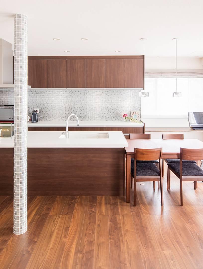 動線とデザインを考えたキッチン。明るく上質な空間をコーディネート。