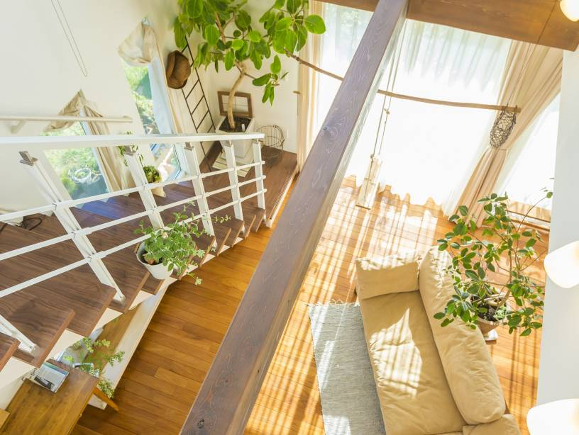 吹き抜け階段で心地よい抜け感のある空間が完成。奥様手作りの小物で楽しさもプラスしたお住まい。