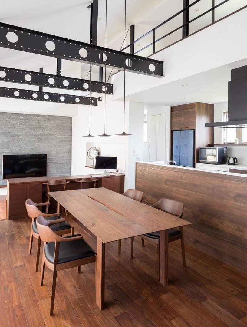 パナソニック ホームズの鉄骨梁をそのまま魅せインテリアに。勾配天井で開放感も演出したこだわりの邸宅。