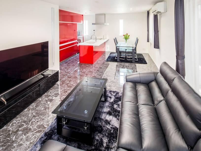 石目調の床で統一されたLDK。こだわりのインテリアでホテルのような上質空間を実現。