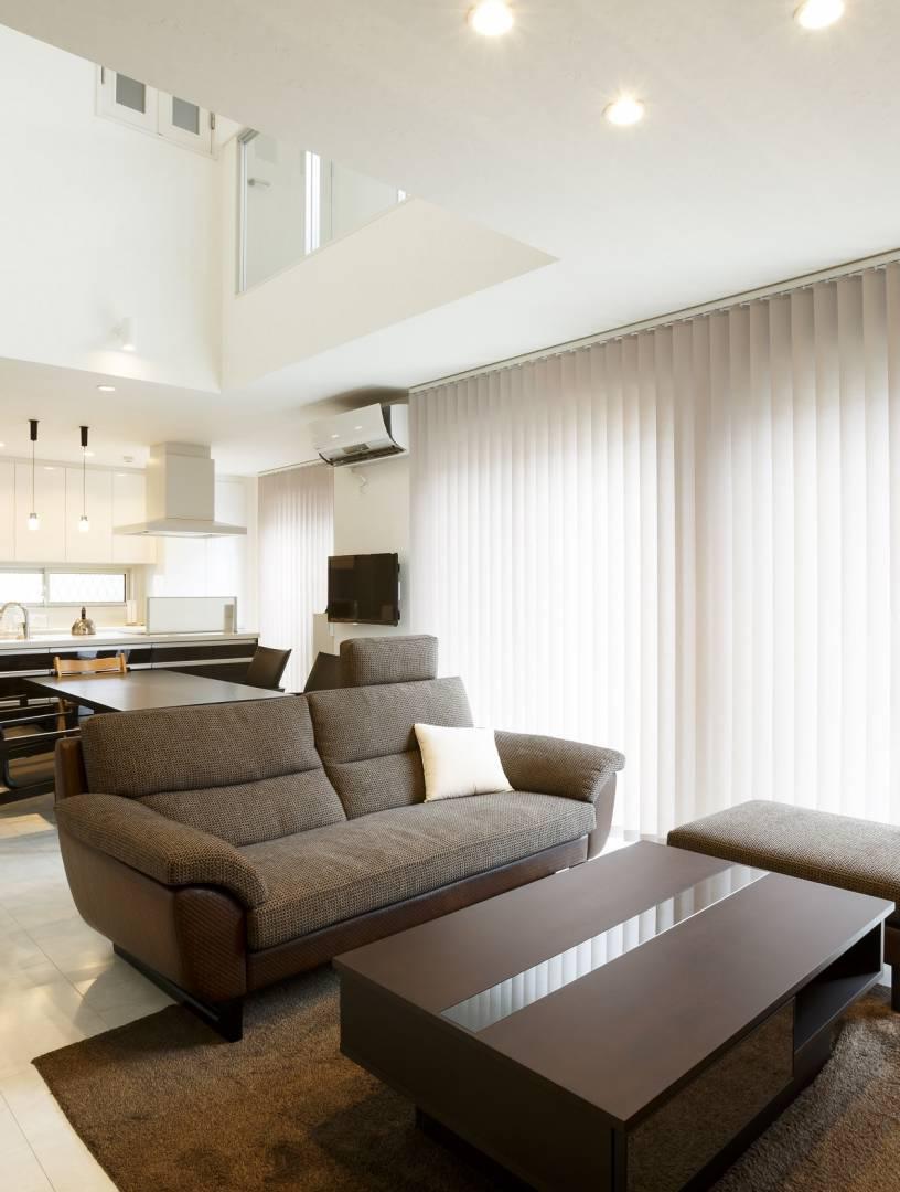 色調の統一された高級感溢れるリビングと吹き抜けのあるお住まい。
