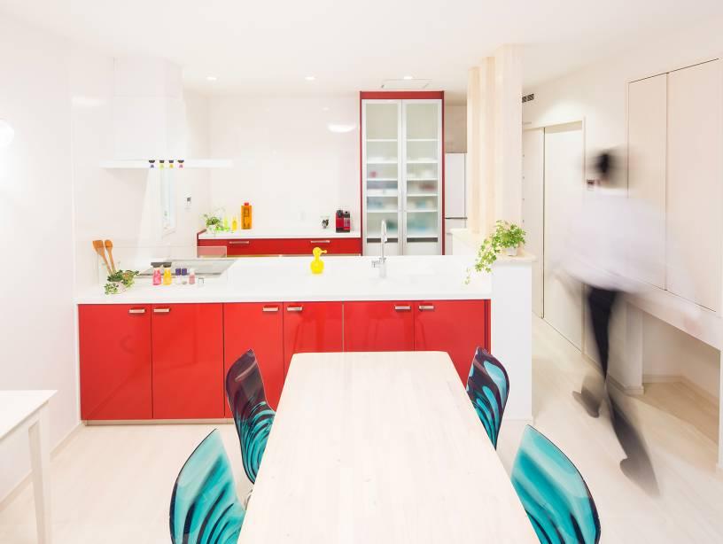 白を基調とした空間にセンスが光るアクセントのキッチンや家具で日々の暮らしに楽しさをトッピング。
