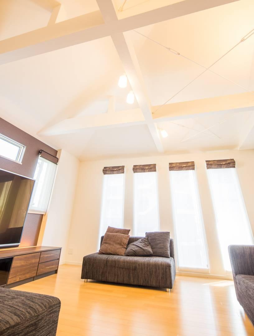 勾配天井のある広いリビング、機能性を考えたセットバックバルコニーを取り入れたお住まい。
