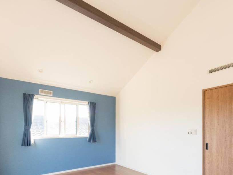 迫力のある勾配天井。シャープでスタイリッシュな外観が目を引くお住まい。