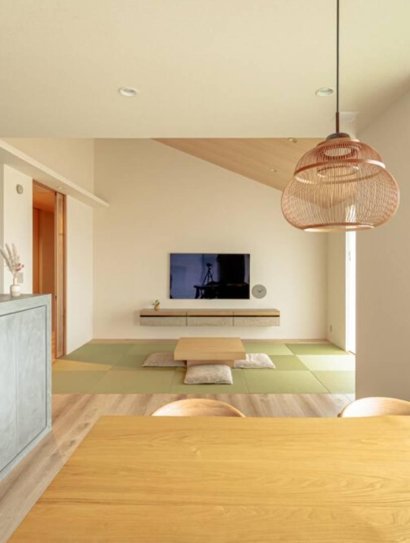 外の景色と室内が調和する心地よさ。「和」の美しさを感じる平屋の住まい。