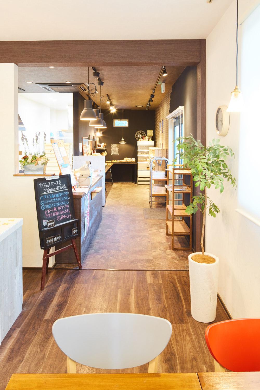 1F『パン工房&カフェ』×『2F住宅』の店舗併用住宅。知多エリアで人気のベーカリーショップ。