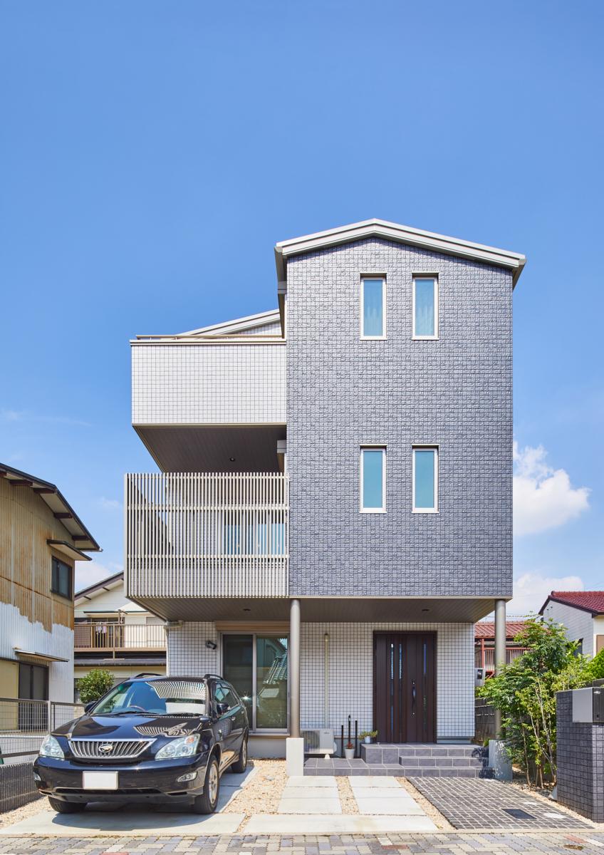 敷地を上手に活用。地震に強くモダンな外観の3階建て住宅。